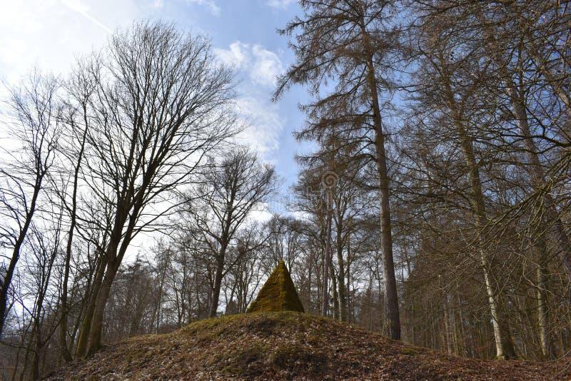 与青苔的古老石金字塔在途中的森林里对世界文化遗产Herkules在卡塞尔, Wilhelmshöhe,德国 免版税库存图片