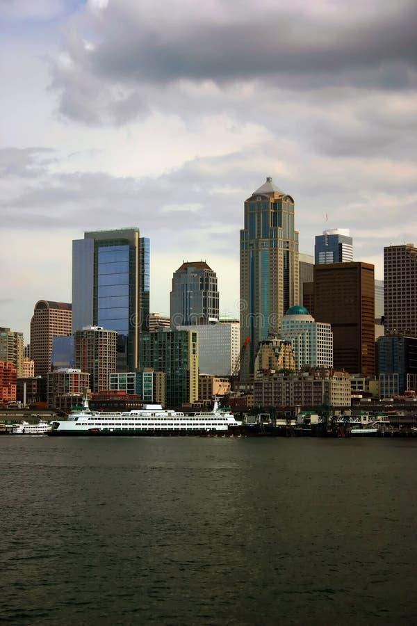 与靠码头的轮渡的西雅图地平线 库存图片