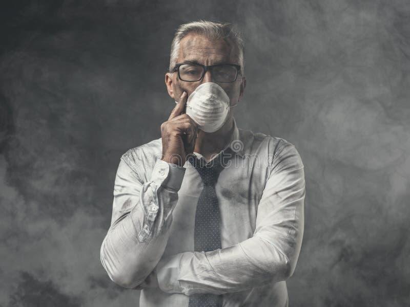 与面具和大气污染的商人 图库摄影