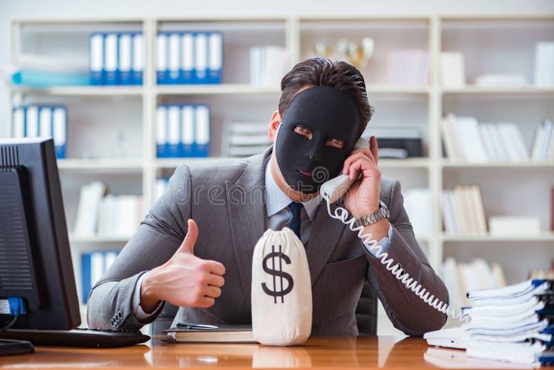 与面具的商人在办公室伪善概念 库存照片