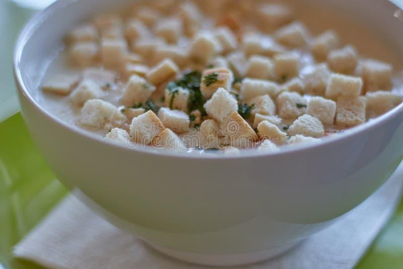 与面包片的传统匈牙利大蒜汤在餐馆 免版税库存图片