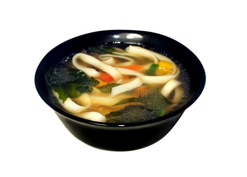 与面团、wakame海草、面条和菜的大酱汤 库存照片