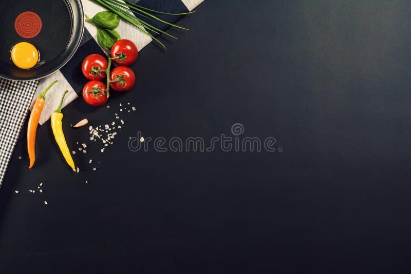 与面团成份的食物配制背景 顶视图 库存图片