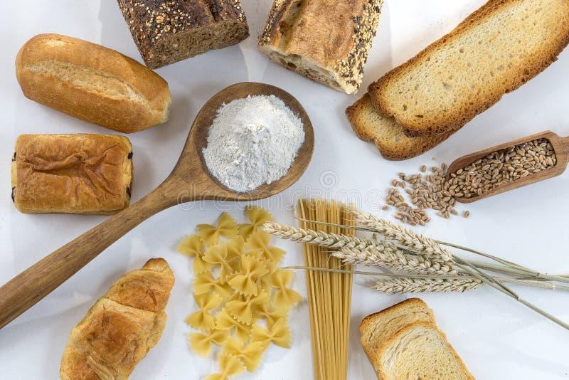 与面筋基地的食物在白色和整个地板上,在白色背景 免版税图库摄影
