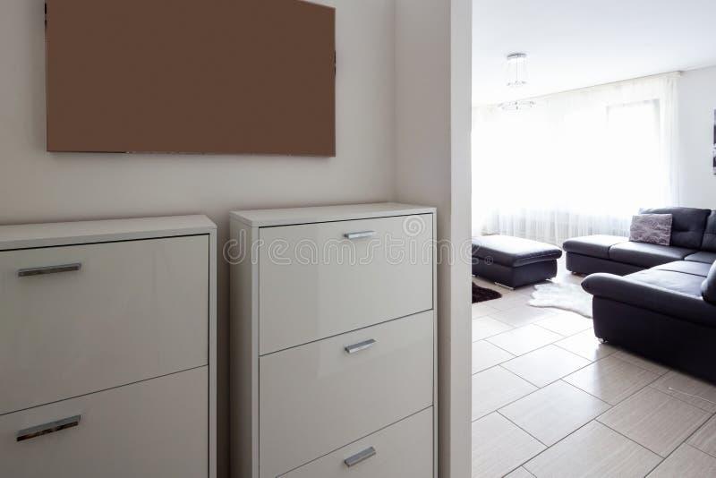 与鞋子机架的词条在有白色墙壁的房子里 库存照片