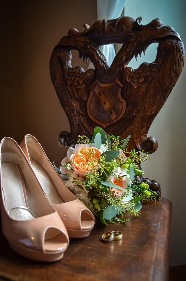 与鞋子的婚礼静物画 库存照片