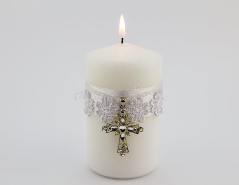 与鞋带、丝带和基督徒发怒下垂isola的白色蜡烛 免版税库存图片