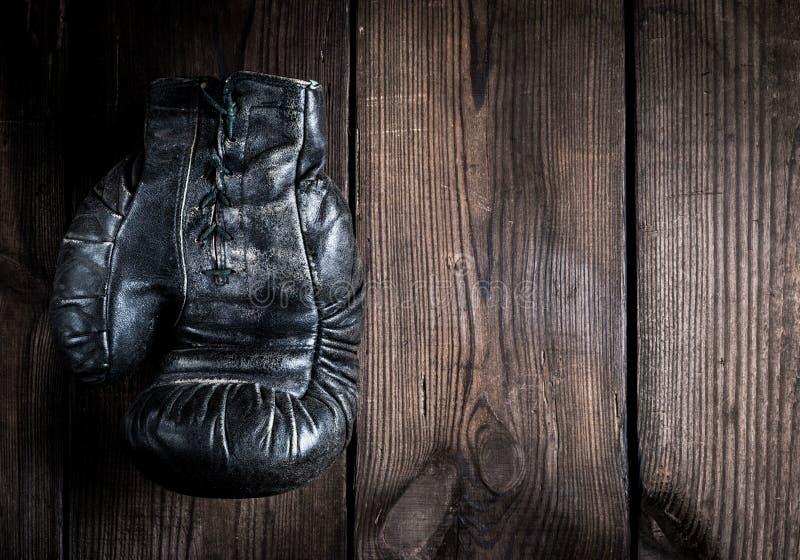 与鞋带的一个非常老皮革黑拳击手套 免版税库存照片