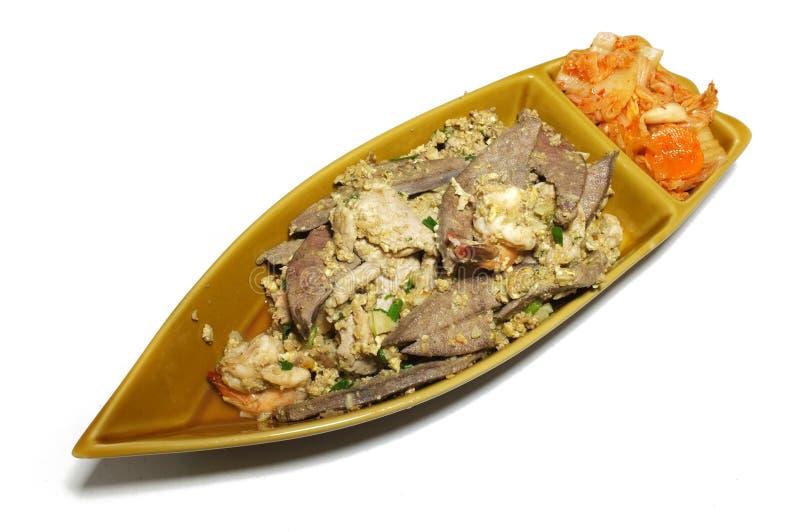 与韩国泡菜的混杂的肉牛排在小船形状盛肉盘 免版税库存图片