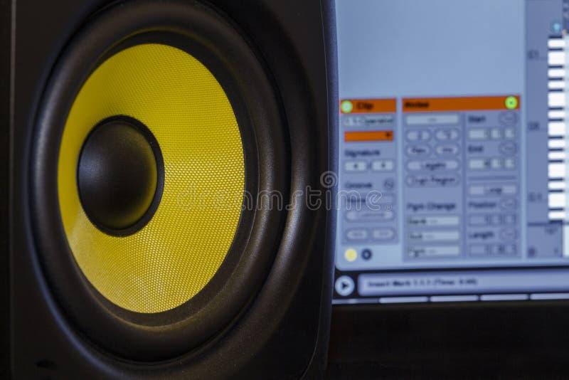 与音乐生产软件的音频报告人 库存图片
