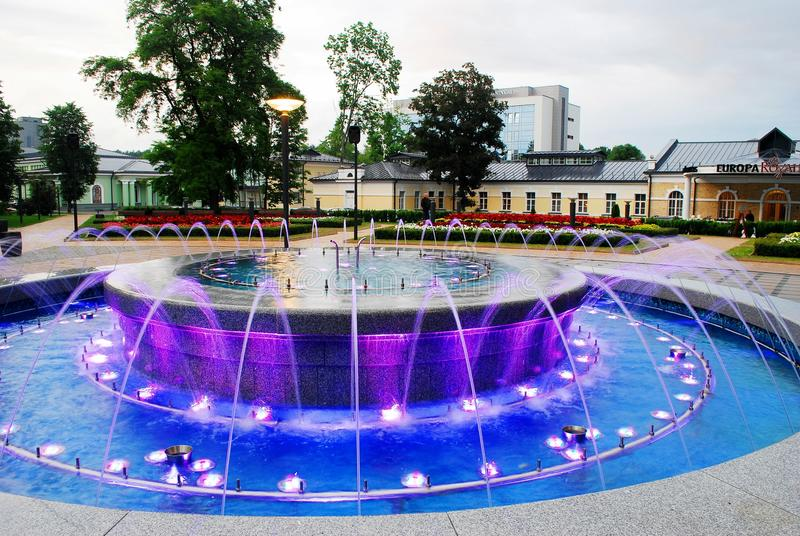 与音乐的喷泉跳舞和改变的颜色在德鲁斯基宁凯市 库存照片