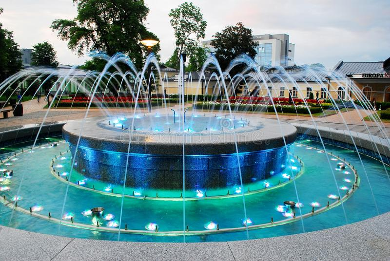 与音乐的喷泉跳舞和改变的颜色在德鲁斯基宁凯市 免版税库存照片
