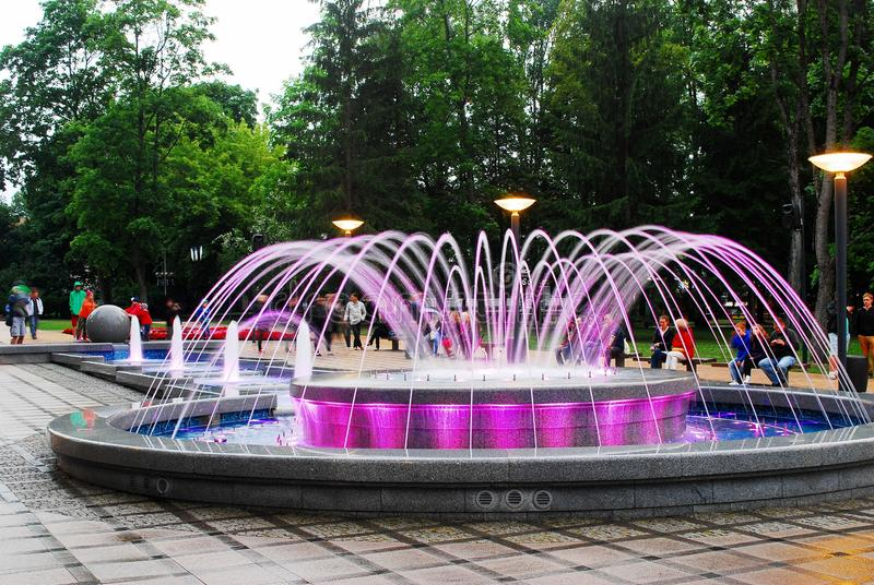 与音乐的喷泉跳舞和改变的颜色在德鲁斯基宁凯市 免版税库存图片