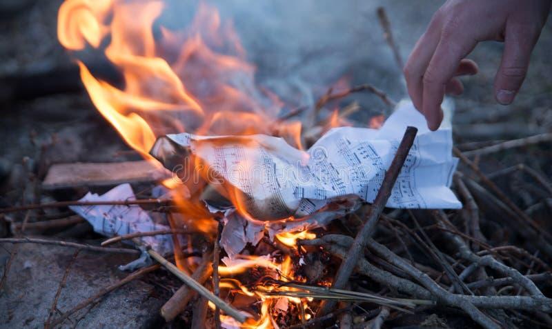 与音乐笔记的灼烧的纸 库存图片