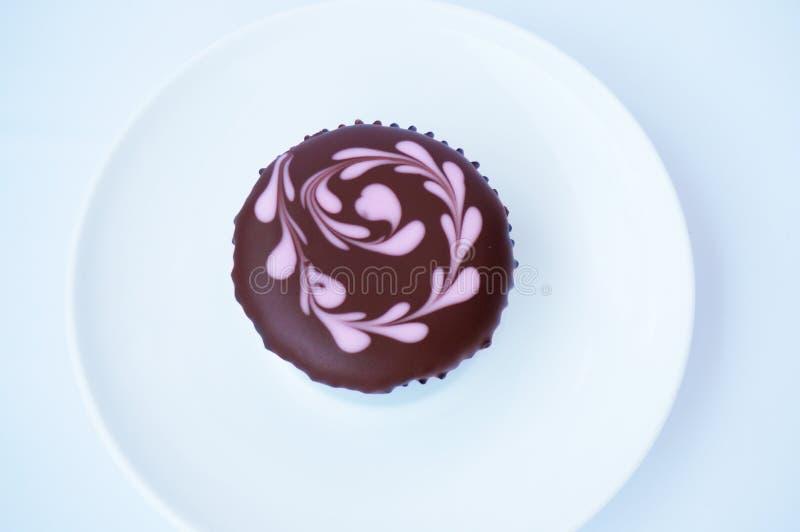 与顶部的五颜六色的巧克力杯形蛋糕 免版税库存照片