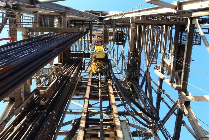 与顶部驱动器的石油钻井井架 库存图片