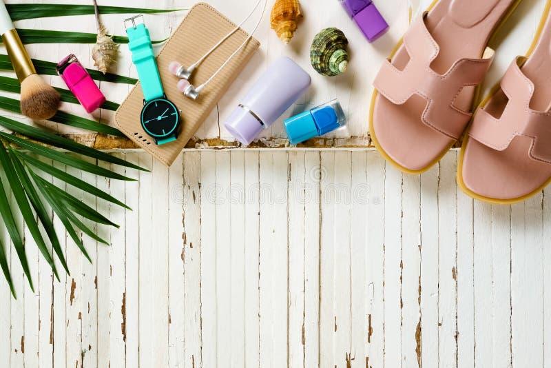 与项目的旅行和假期背景在木桌 顶层 免版税库存照片
