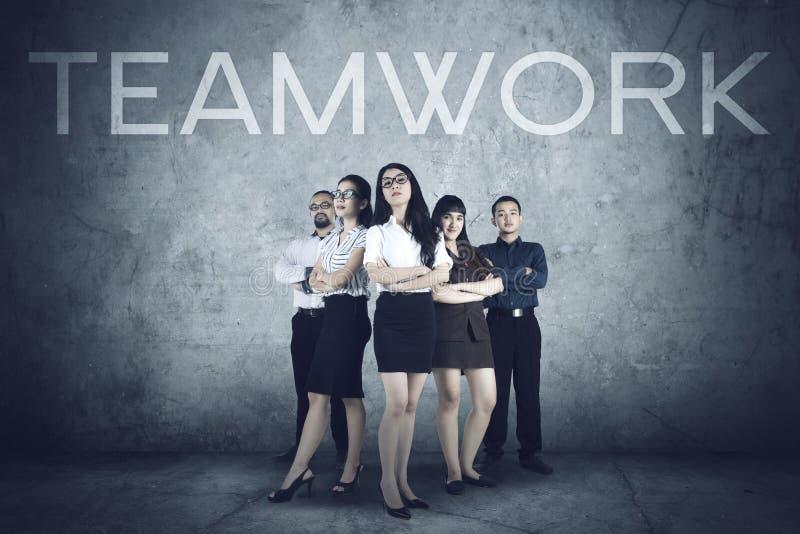 与领导的成功的企业队在前边 库存照片