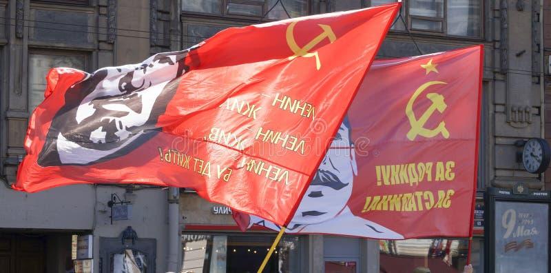 与领导的红旗在旗杆 免版税图库摄影