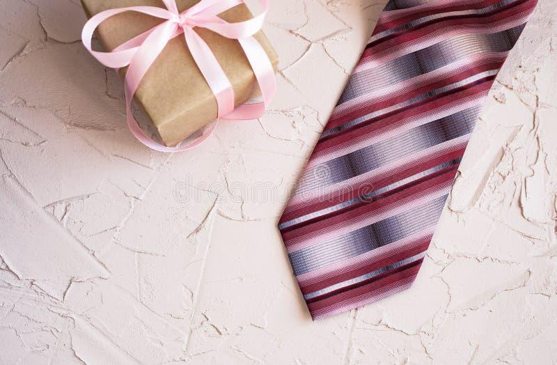 与领带和手表的愉快的父亲节在美好的背景 祝贺和礼物 免版税库存图片