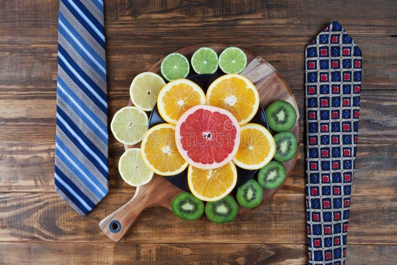 与领带和柑橘水果的健康工作午餐概念 免版税库存照片
