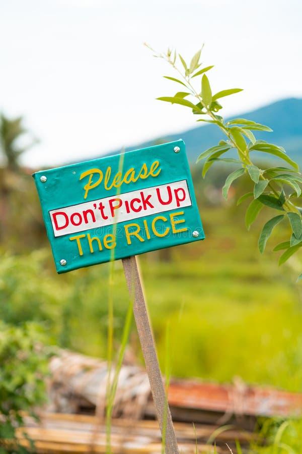 与题字的宣布的标志在米领域附近 预防和警报信号的概念 免版税库存图片