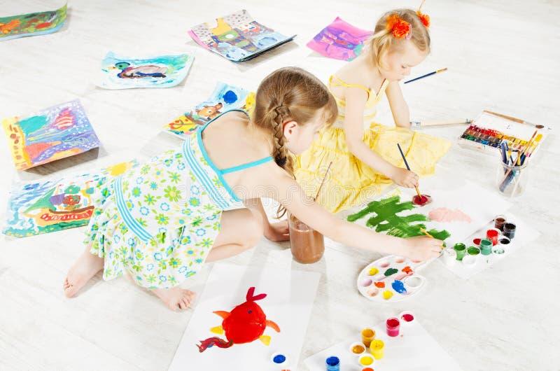 画与颜色刷子的两个孩子 库存图片