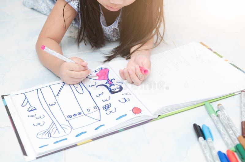 与颜色笔的一点手女孩图画图片 免版税库存图片
