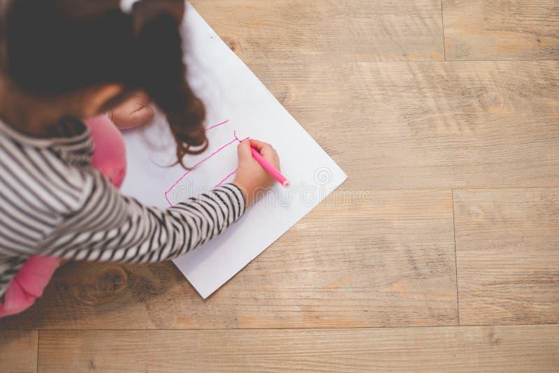 与颜色铅笔的女孩图画在艺术家类的纸 教育和学习概念 创造性的幸福和孩子 库存照片