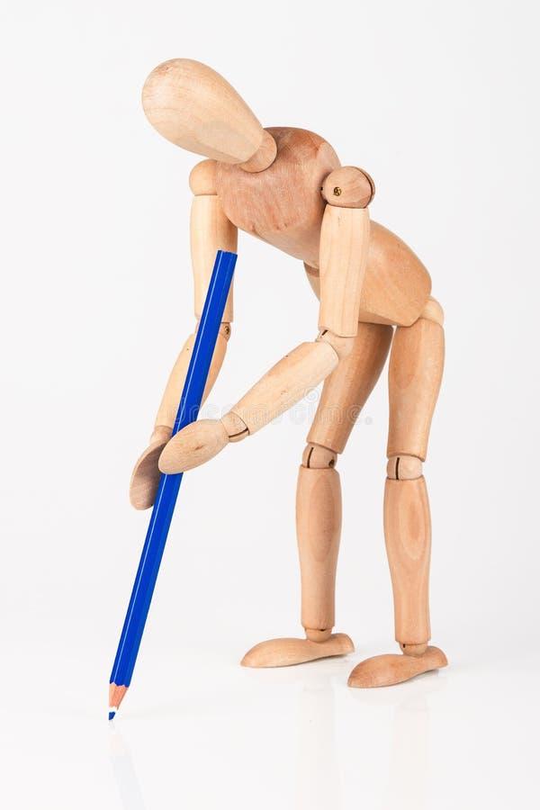 与颜色铅笔的小木时装模特立场文字隔绝了o 图库摄影