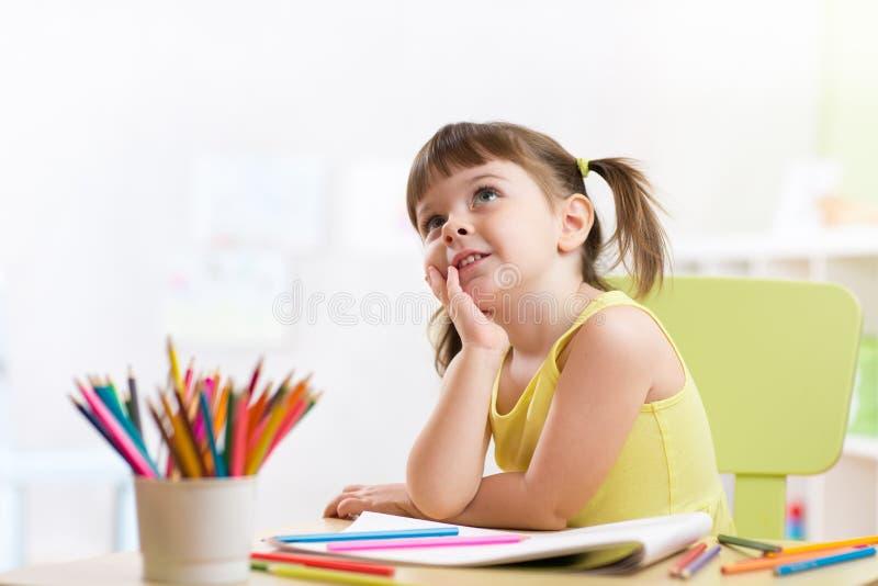 与颜色铅笔的梦想的孩子女孩图画 免版税库存照片
