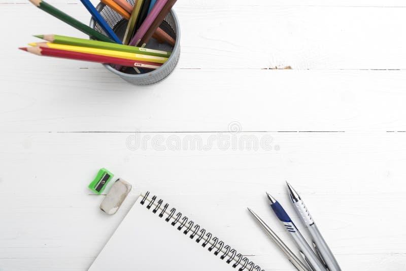 与颜色铅笔的笔记薄 库存照片