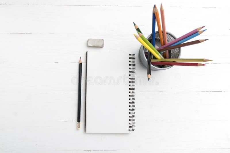 与颜色铅笔的笔记薄 图库摄影