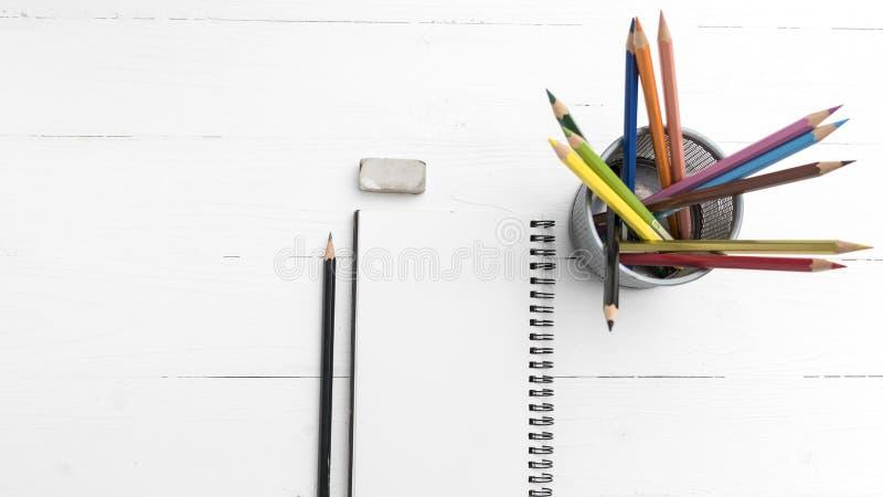 与颜色铅笔的笔记薄 免版税图库摄影