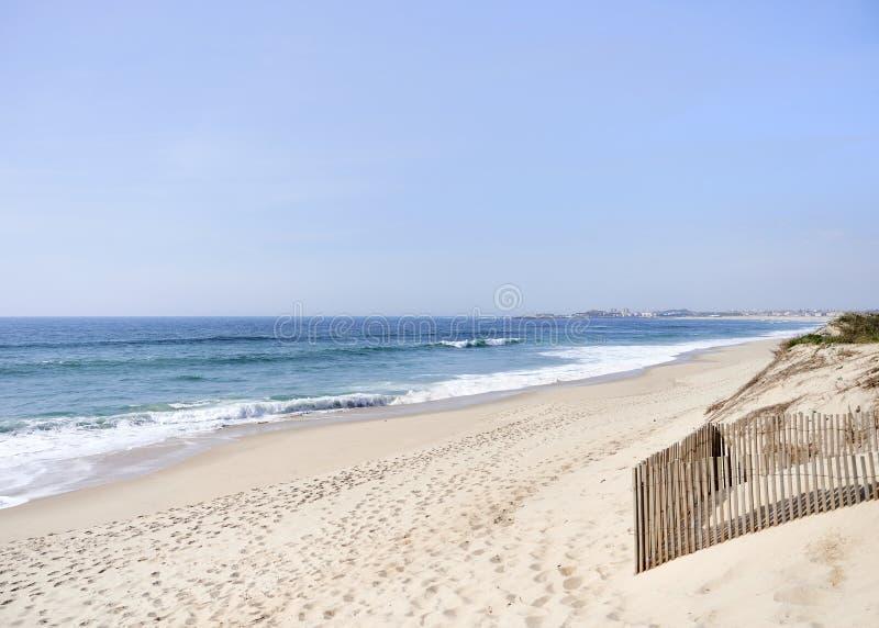 与风保护的长的沙滩在海滩 库存图片