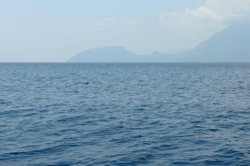 与风平浪静和一个海岛的海景天际的土耳其 免版税库存图片