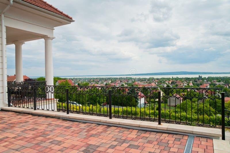 与风景的大阳台 库存图片