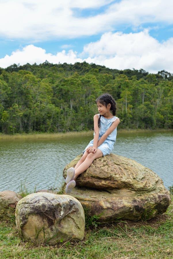 与风景的小的亚洲女孩画象 库存照片