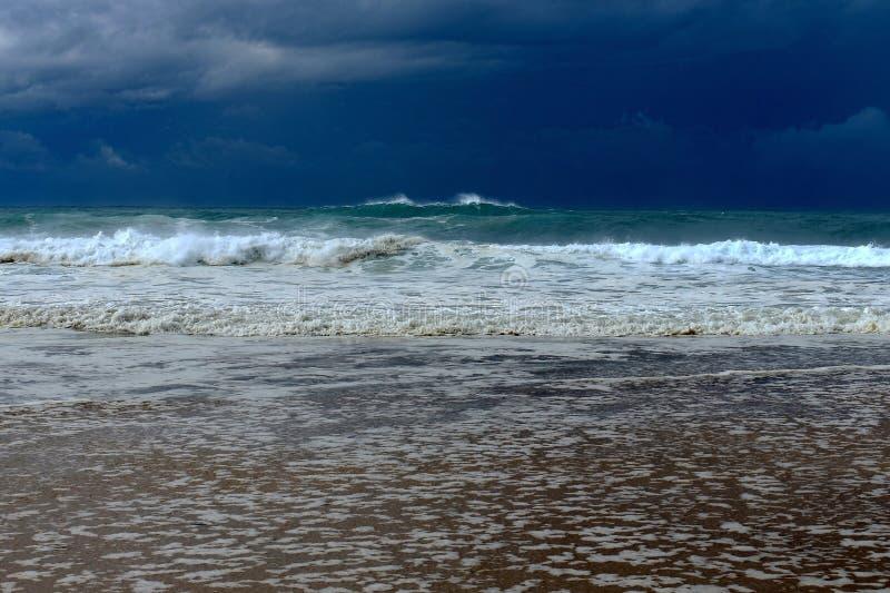 与风暴的大遥远的波浪在天际 库存照片