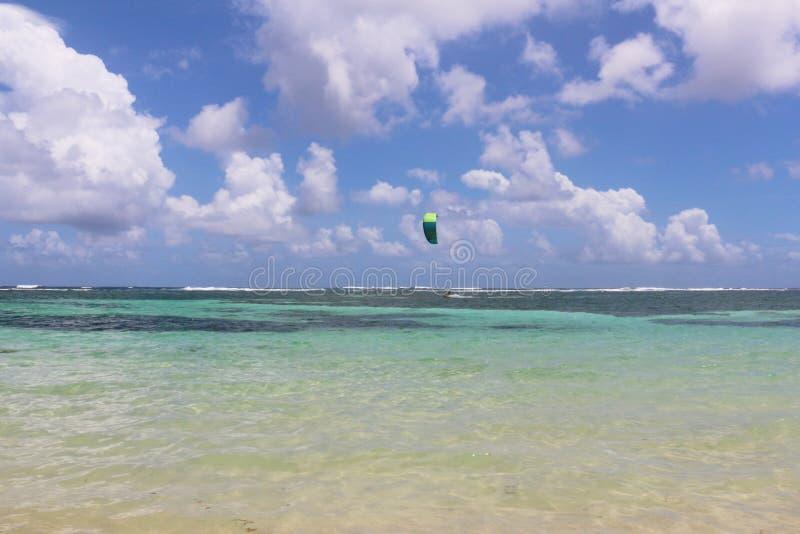 与风筝冲浪者的加勒比海和天空背景距离的 图库摄影