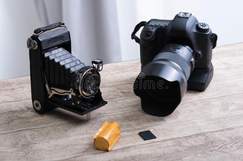 与风箱的历史照相机和与影片的当前数字式SLR 库存图片