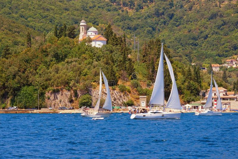与风船的夏天风景 黑山,科托尔湾 免版税库存照片