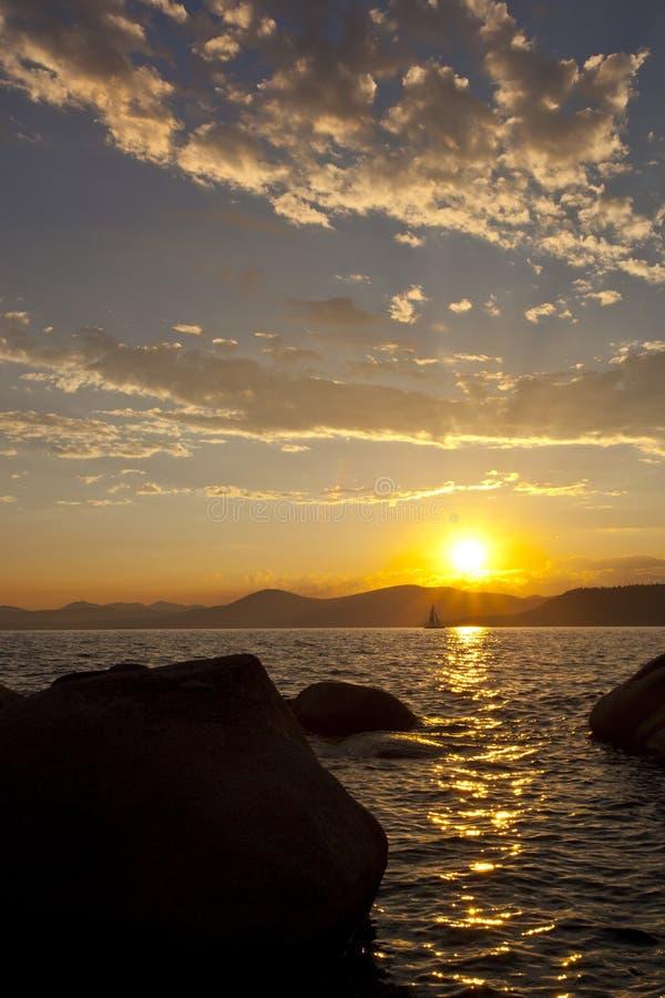 与风船的Tahoe日落 库存照片