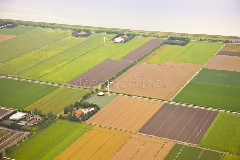 与风车的农厂横向从上面 图库摄影