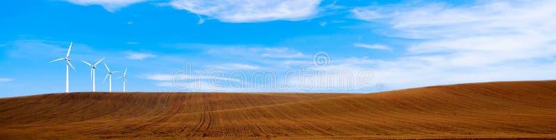 与风轮机的可再造能源 在小山风景风景的风轮机 美丽的自然lanscape墙纸 免版税库存图片