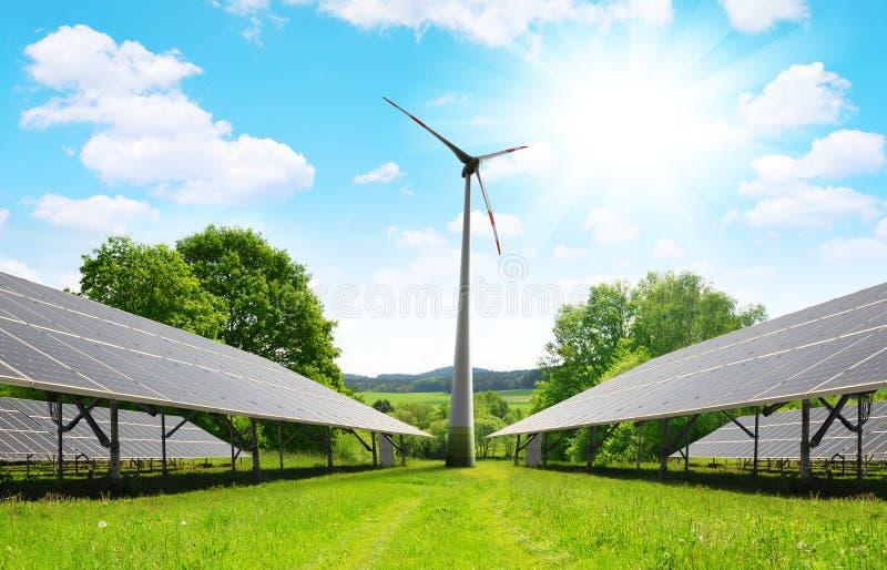 与风轮机的太阳能盘区在夏天环境美化 免版税图库摄影