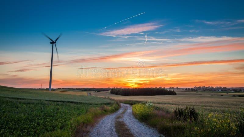 与风轮机的惊人的黄昏作为可选择能源 库存图片