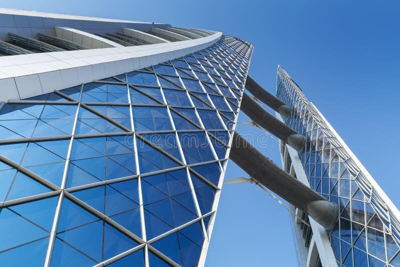 与风轮机的巴林世界贸易中心门面对此 免版税库存照片