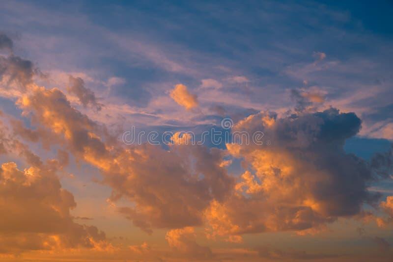 与风雨如磐的云彩的剧烈的天空在日落 免版税图库摄影