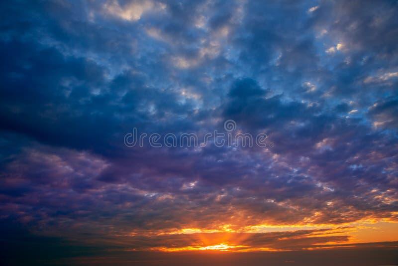 与风雨如磐的云彩的剧烈的天空在日落 库存图片
